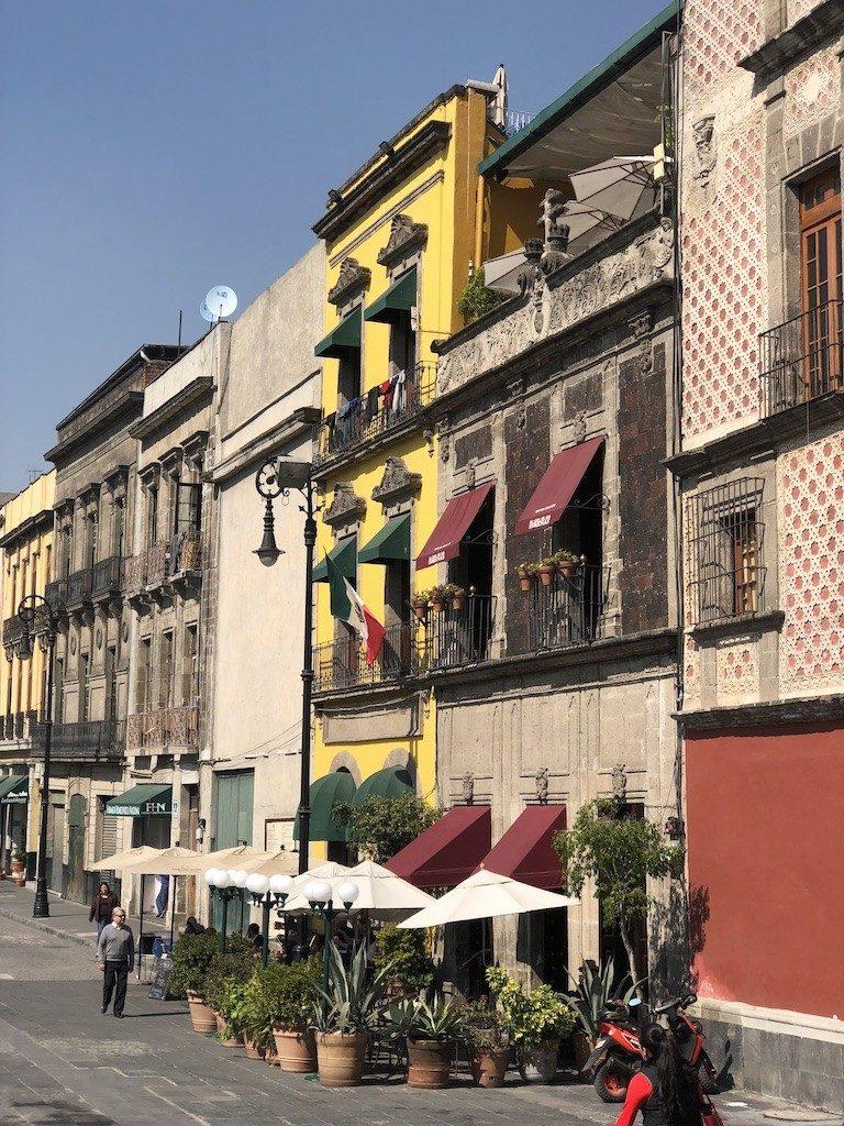 Dzień w stolicy Meksyku. James Bond, Lenin i kolorowy targ